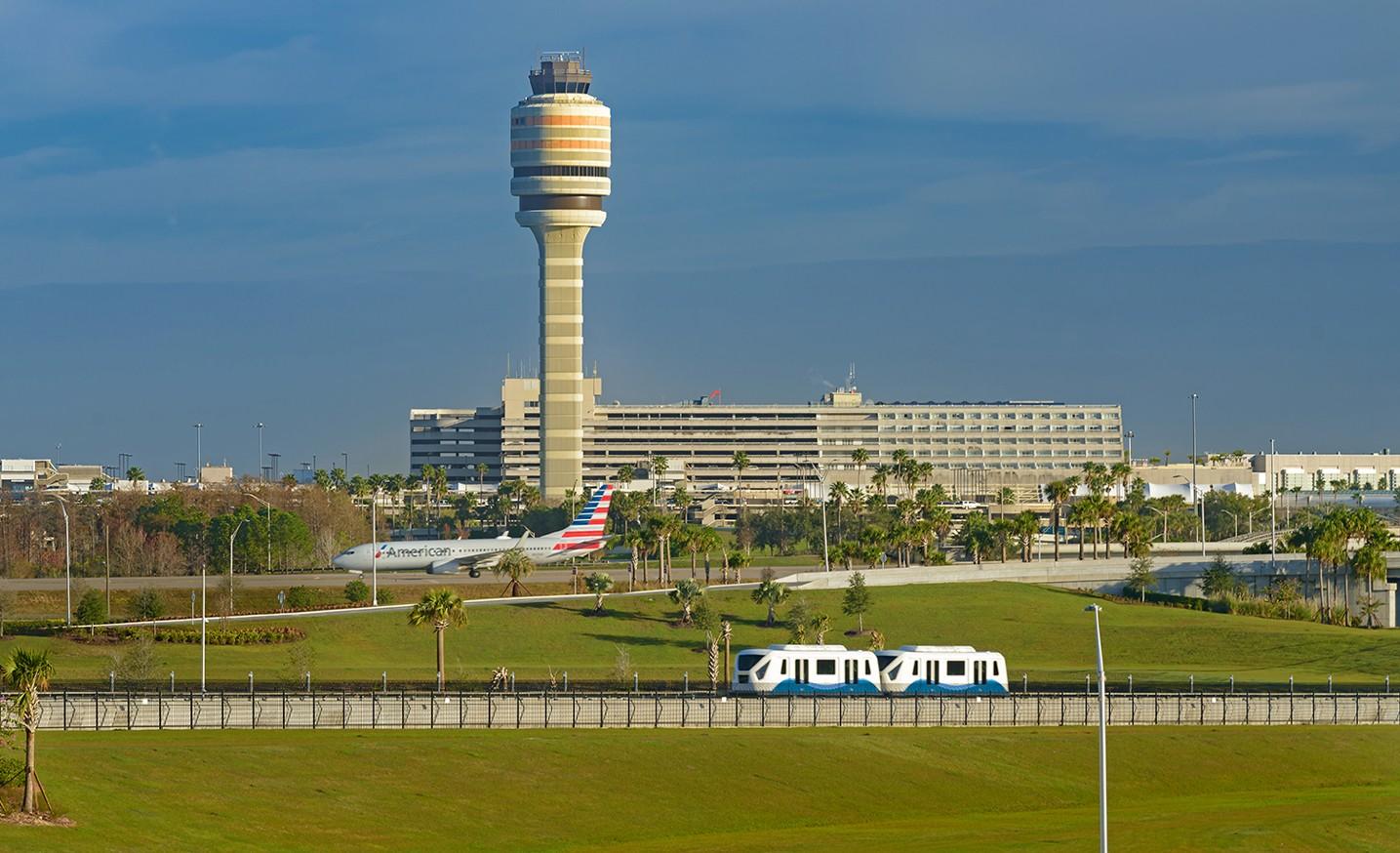 有空中交通管制塔、自动化载客系统和登机口的北航站楼